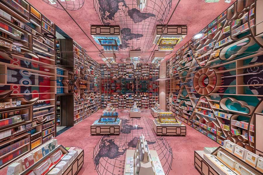 В другом углу вестибюля находится детская читальная комната, где в оформлении книжных полок искусно используются  разноцветные пейзажи Чунцина