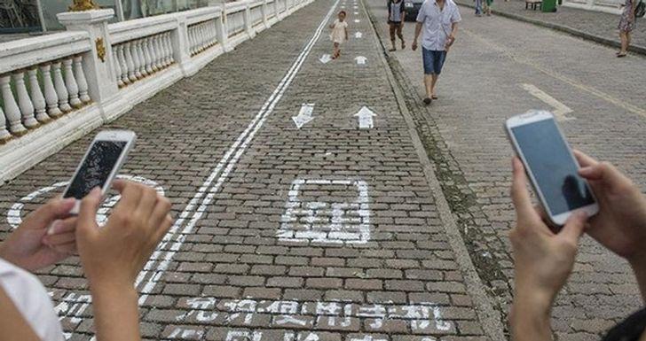 В Чунцине сделали специальные полосы для пешеходов с мобильными телефонами