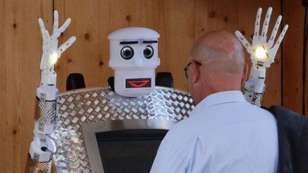 Робот BlessU-2 выполняет функции священника, общаясь и благословляя прихожан