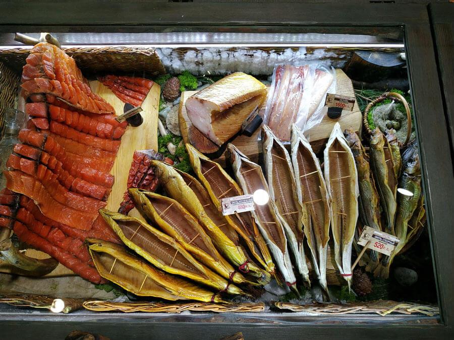 Рыбные деликатесы в магазине Медвежья лавка в аэропорту Толмачево, Новосибирск