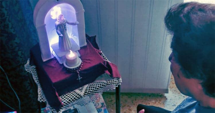 Робот The SanTO читает Библию пожилым людям в домах престарелых