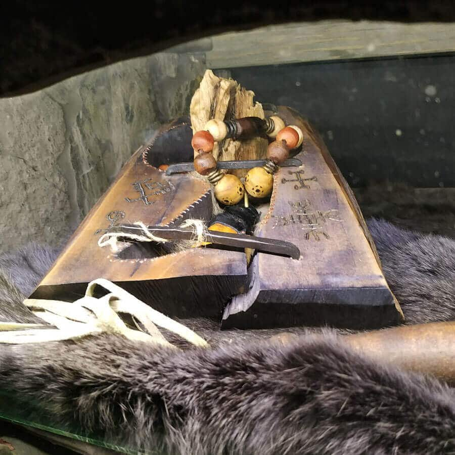 Уникальное ожерелье с клыком пещерного медведя, найденного в Сибири